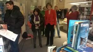 Bei der Übergabe der Bücherspende 2014