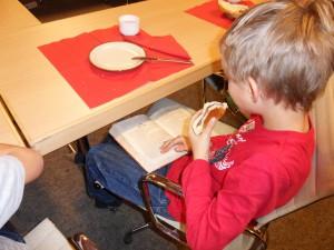 Jan liest sogar noch beim Frühstück Foto: Margot Lenk