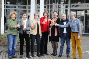 Von links nach rechts: Helga Mönig (Kassenführerin), Dominique Braun (Beisitzerin und Gründungsmitglied), Edith Schulz (Stellv. Vorsitzende), Erika Fenkes (Vorsitzende), Stephanie Eichhorn (Büchereileiterin), Otto Neuhoff (Bürgermeister), Petra Neu (Schriftführerin) Foto: Renate Dung